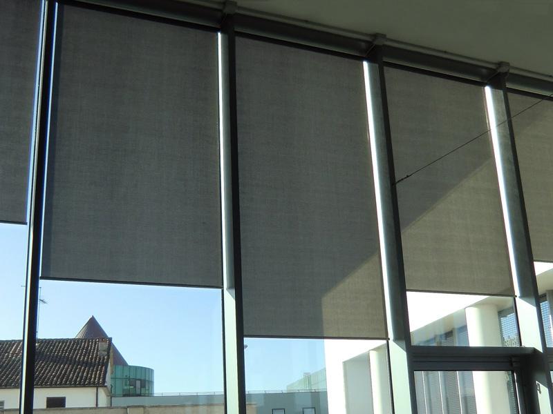 Tenda a rullo con tessuto microforato foderato in pellicola di alluminio
