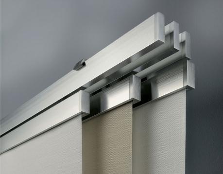 Tenda a pannello con particolare profilo a scorrimento in alluminio effetto acciaio